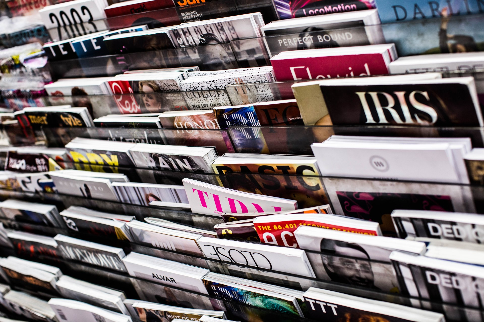 Tidningar i tidningshylla