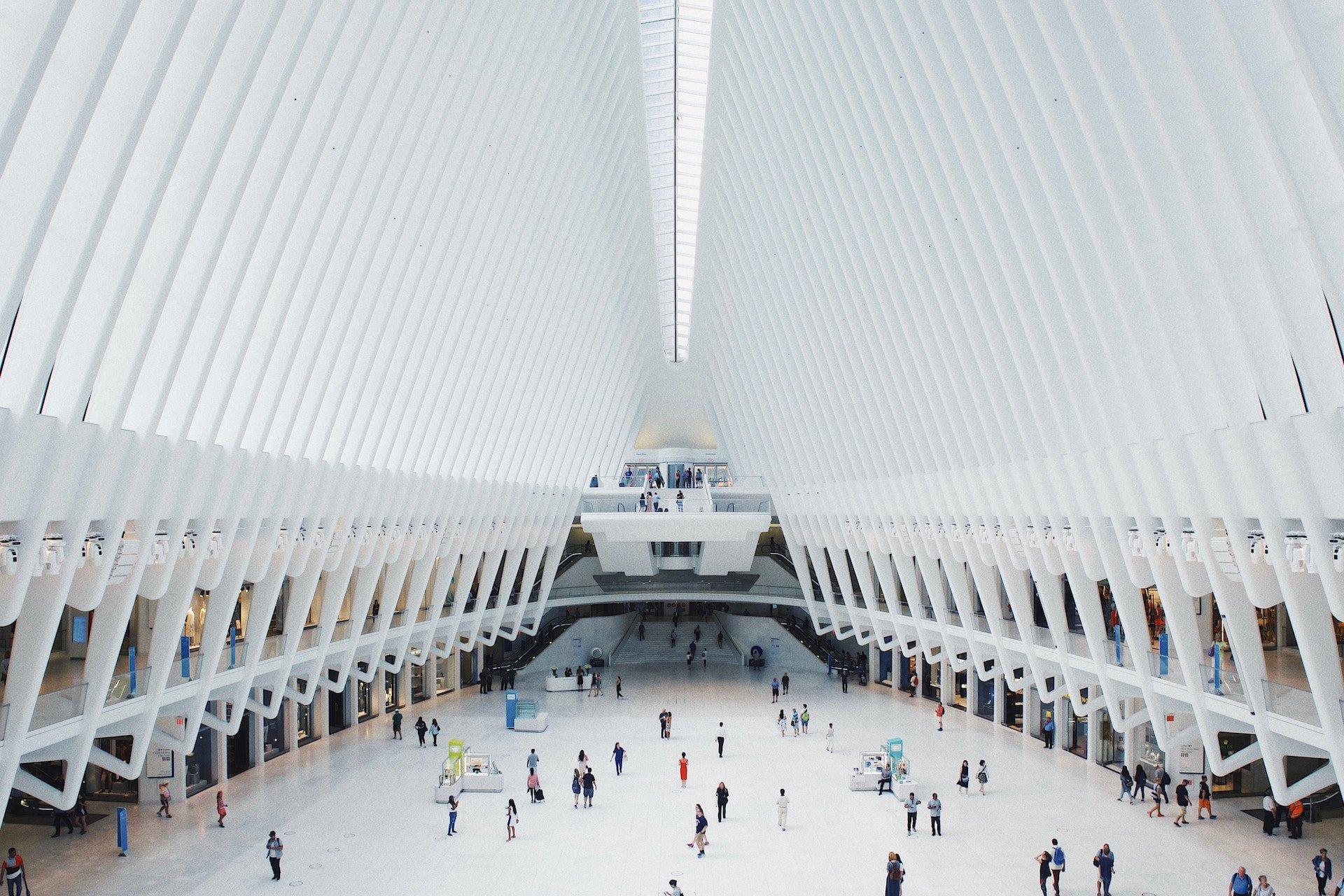 En stor öppen plats i en byggnad med människor